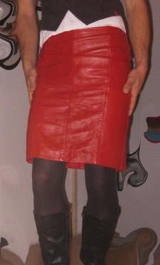 Hallo, meine Name ist Mona, Ich bin eine Transe die gern nuttige Klamotten trägt, vor allem Lack und Leder, dazu noch hochhackige Stiefel oder Pumps. Leider sind meine Sexerfahrungen als Transe noch nicht sehr groß und deshalb möchte ich dies bald ändern. Vielleicht hast Du Lust ein wenig mit mir zu spielen . Deine Mona